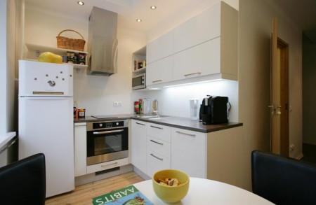 köögimööbel-integreeritud-tehnikaga-valge-köök-musta-tööpinnaga