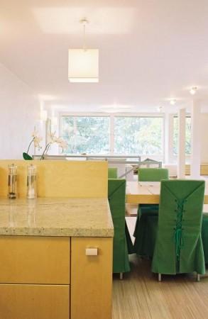 köögimööbel-puidust-laua-roheliste-toolidega