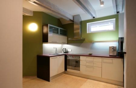 köögimööbel-valge-köögimööbel-rohelisel-taustal-köögitehnikaga