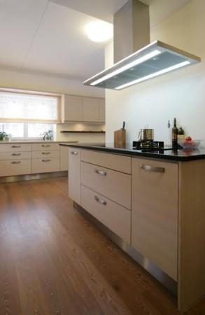 köögimööbel-valge-must-tööpind-klaasuksed