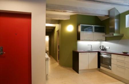 köögimööbel-valge-tumeda-puidust-tööpinnaga
