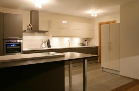 köögimööbel-halli-ja-valgega-köögitehnikaga