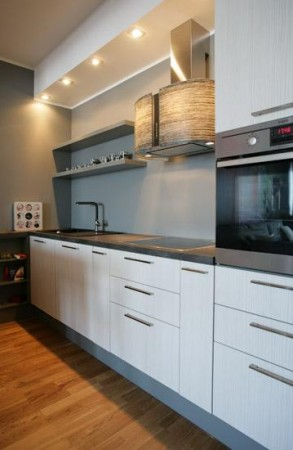 köögimööbel-valge-halli-tööpinnaga