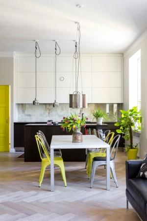 köögimööbel-valge-laua-värviliste-toolidega