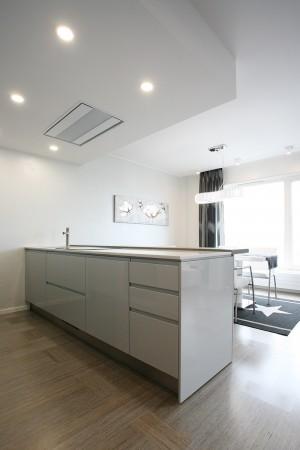 köögimööbel-valge-saarega-kraaniga