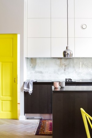 köögimööbel-valge-värviliste-detailidega