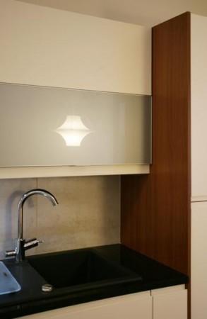 köögimööbel-valged-kapid-musta-kraaniga