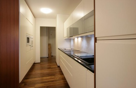 köögimööbel-valged-kapid-tumeda-seina-ääres