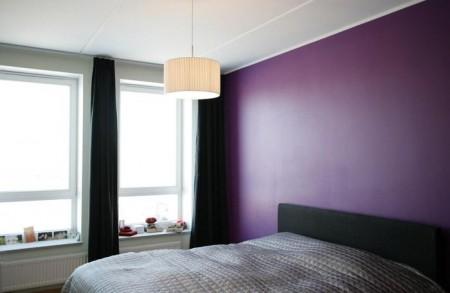 magamistoa-mööbel-must-voodi-lilla-seina-taustal