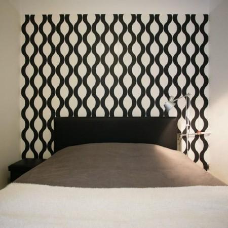 magamistoa-mööbel-must-voodi-mustvalge-tapeedi-ees