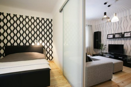 magamistoa-mööbel-must-voodi-mustvalge-tapeet-lükanduksega-magamistuba