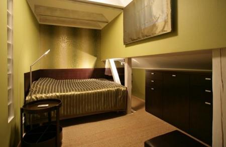 magamistoa-mööbel-suur-voodi-kitsas-toas-kummutiga-ja-riiul-seinas