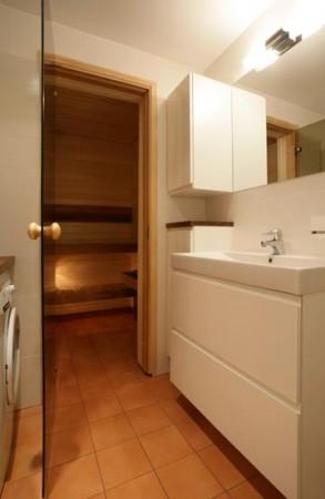 vannitoa-mööbel-dussiruumist-sauna-saunauks-klaasist-peegel-valged-kapid-integreeritud-kraanikausiga