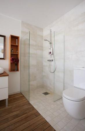 vannitoa-mööbel-klaasist-seintega-duss-valge-wc-pott