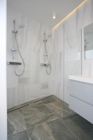 vannitoa-mööbel-klaasseinaga-dussinurk-kahe-dussiga