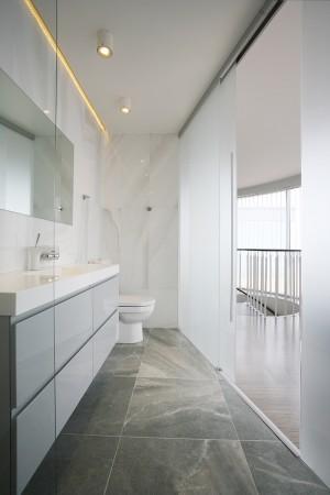 vannitoa-mööbel-klaasustega-wc-hallides-toonides