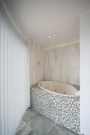 vannitoa-mööbel-mosaiigiga-ümbritsetud-vann-akna-ääres