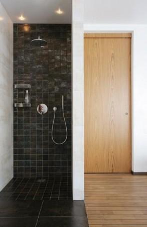 vannitoa-mööbel-mustad-seinaplaadid-integreeritud-duss