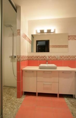vannitoa-mööbel-roosades-toonides-plaadid-heledad-kapid-madal-valamu