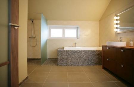 vannitoa-mööbel-suur-vannituba-vanni-ja-dussiga