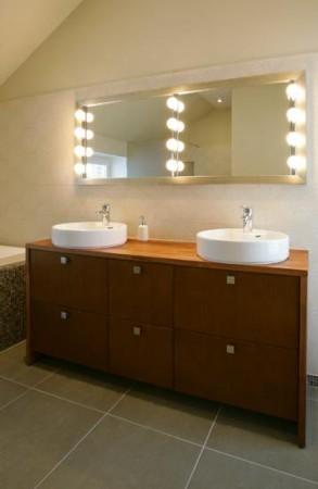vannitoa-mööbel-tumepruun-vannitoakapp-kahe-valamuga-kraanikausiga