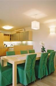 eramu-helsinkis-söögilaud-köögis