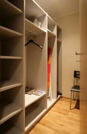 garderoob-suur-riiulite-komplekt-garderoobis