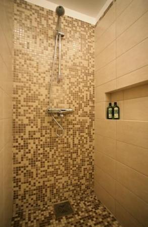 vannitoa-mööbel- mosaiik-duss-riiul-seinas
