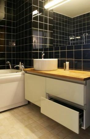 vannitoa-mööbel- valge-kummut-vannitoas-valamu-kapi-peal