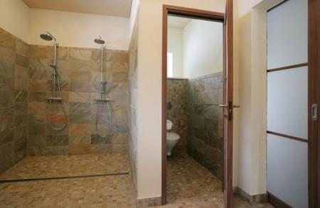 vannitoa-mööbel-graniit-plaadiga-vannituba-kahe-dussiga