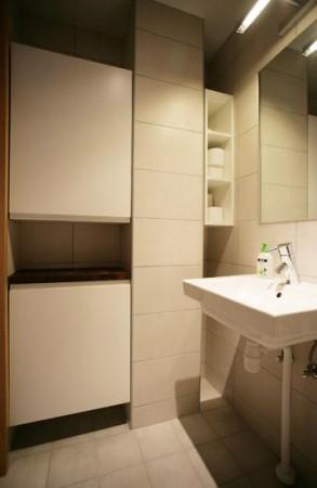 vannitoa-mööbel-kapid-avade-täiteks-kavalalt-paigutatud-vannituba