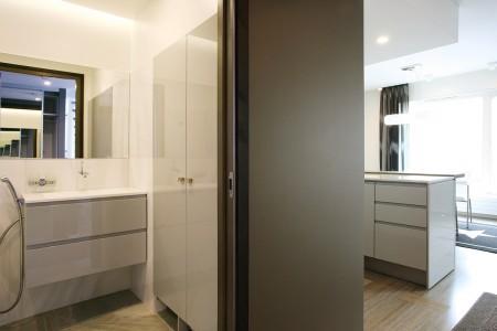 vannitoa-mööbel-kapp-seinas-valge-kapiga