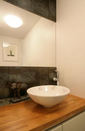 vannitoa-mööbel-kivisein-peegli-ja kapil-oleva-valamu