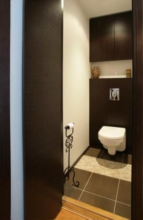 vannitoa-mööbel-mustades-toonides-wc-seinal-kinnituv-wc-pott