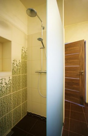 vannitoa-mööbel-omapärane-vannitoa-plaat-klaasiga-eraldatud-dussinurk