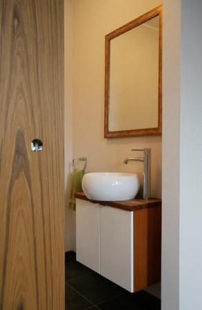 vannitoa-mööbel-pruun-valge-vannitoa-kummut