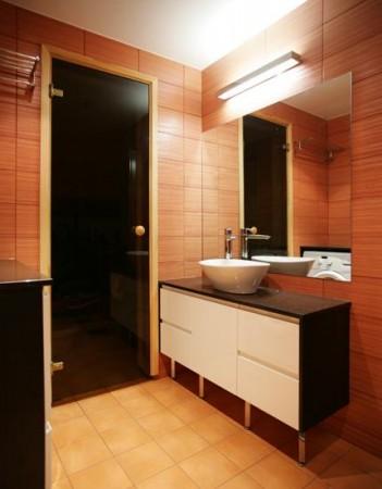 vannitoa-mööbel-punane-plaat-must-kapi-tööpind-valge-kraanikauss-vannitoas