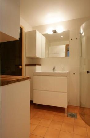 vannitoa-mööbel-väike-vannituba-valgete-kappide-peegli-klaasist-dussinurgaga