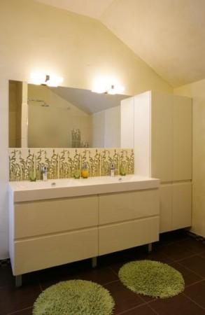 vannitoa-mööbel-valge-vannituba-tumeda-põrandaga